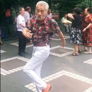 老爷子简直是广场舞中的一股泥石流~