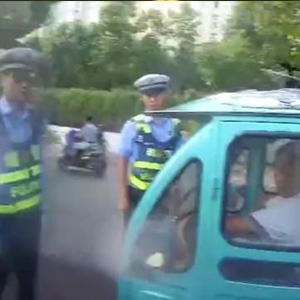 合肥交警教科书执法视频 为警察叔叔点赞
