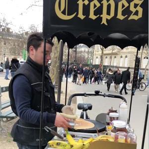 法国小哥摊煎饼视频 煎饼摊开到了法国凯旋门