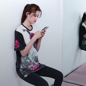 边玩手机边减肥 轻松简单的瘦肚子瘦腿