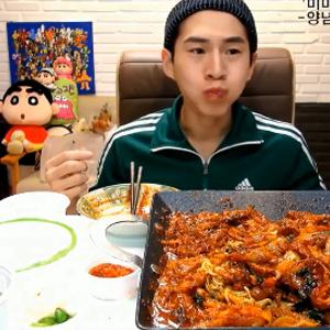 韩国大胃王奔驰哥吃5斤肥肠视频