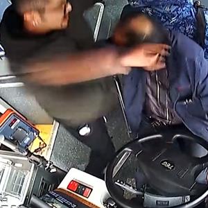 """""""暴躁男""""15秒连锤公交司机18拳视频"""