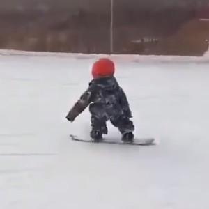 小孩滑雪,本以为是青铜,没想到是个王者~