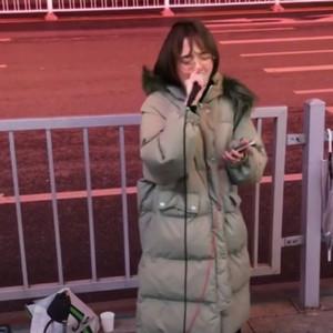 抖音小姐姐街头演唱《月牙湾》视频