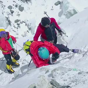 69岁无腿老人登顶珠穆朗玛峰视频
