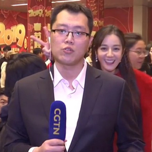 迪丽热巴抢镜CGTN记者