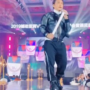 陈志朋穿恨天高献唱小虎队金曲《爱》
