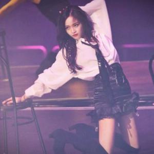 吴宣仪凳子舞视频 火箭少女101演唱会solo凳子舞