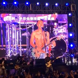 谢霆锋演唱会现场秀肌肉 身材真好