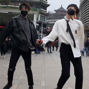 抖音小beek街头跳吃鸡舞视频