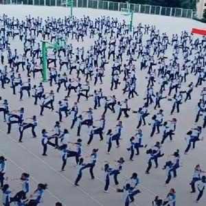 学校课间操学生集体跳兔子舞视频