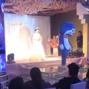 毁容父亲婚礼上扮哆啦A梦视频