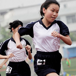 中考体育独腿少年跳完1000米视频